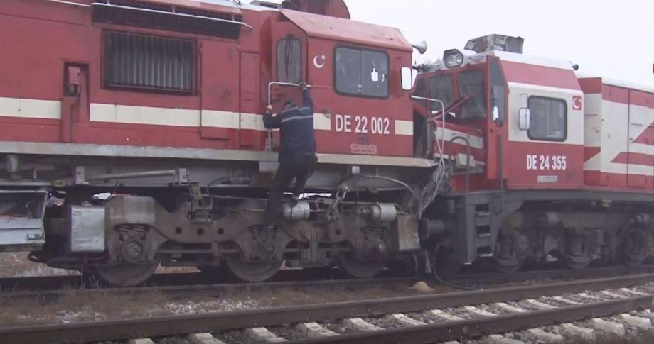2 Tren kafa kafaya çarpıştı:14 yaralı