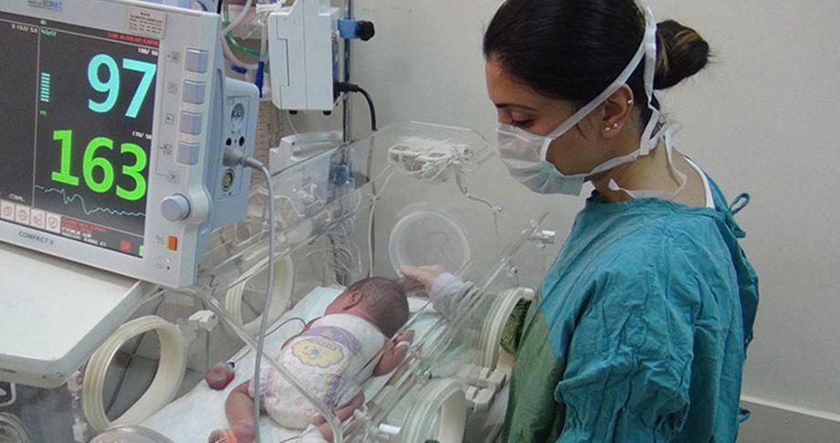 3 saatlik bebeğe 4 saatlik ameliyat!