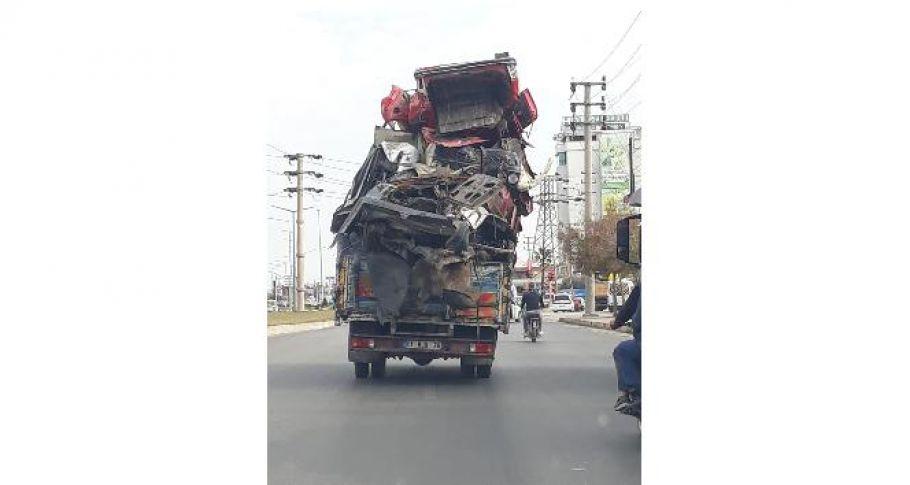 Adana'da hurda araç yüklü kamyon trafikte tehlike saçtı.