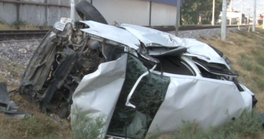 Adana'da Lokomotif Otomobile Çarptı:1 ölü