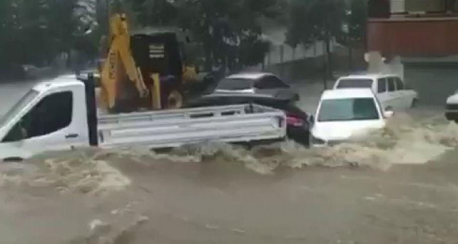 Adana'da sel suları araçları sürükledi (videolu)