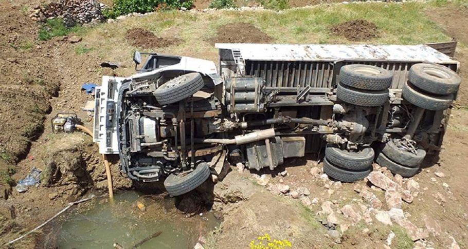 Adıyaman'da Freni boşalan kamyon şarampole yuvarlandı