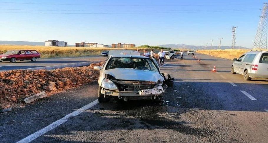 Adıyaman'da iki otomobil çarpıştı: 5 yaralı