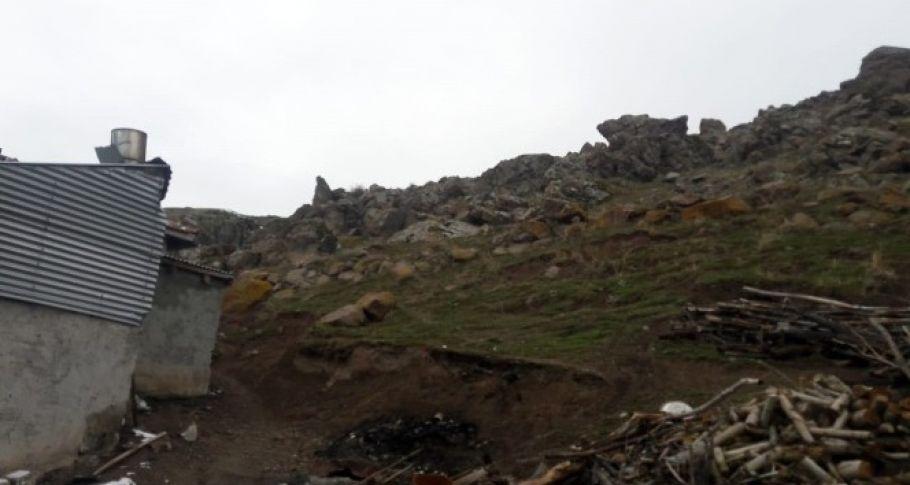 Akçakale'den kopan dev kaya eve çarptı
