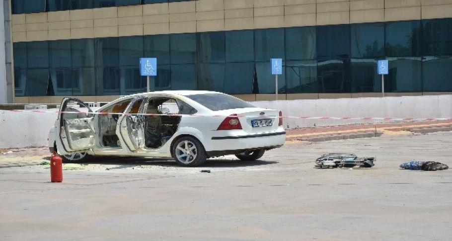 Alev alan otomobilin içinde mahsur kaldı