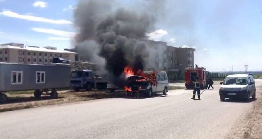 Alev alev yanan minibüs ateş topuna döndü