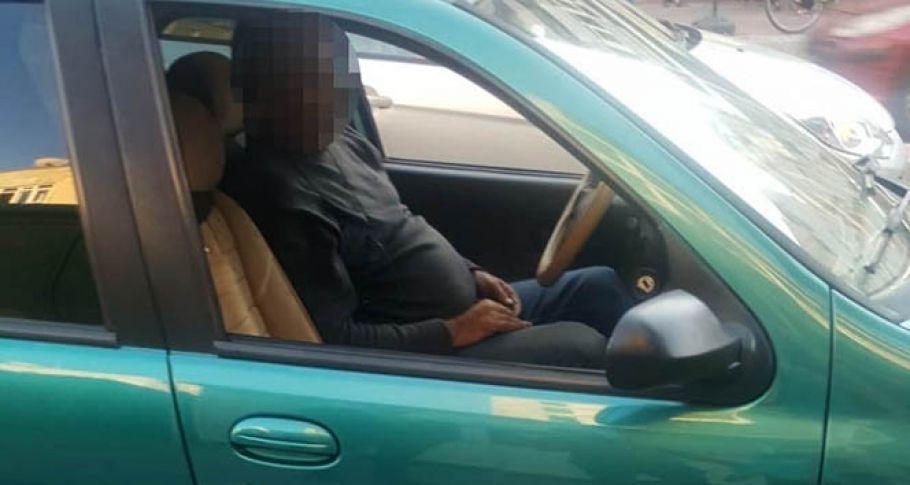 Alkollü sürücü akan trafik ortasında uyuyakaldı