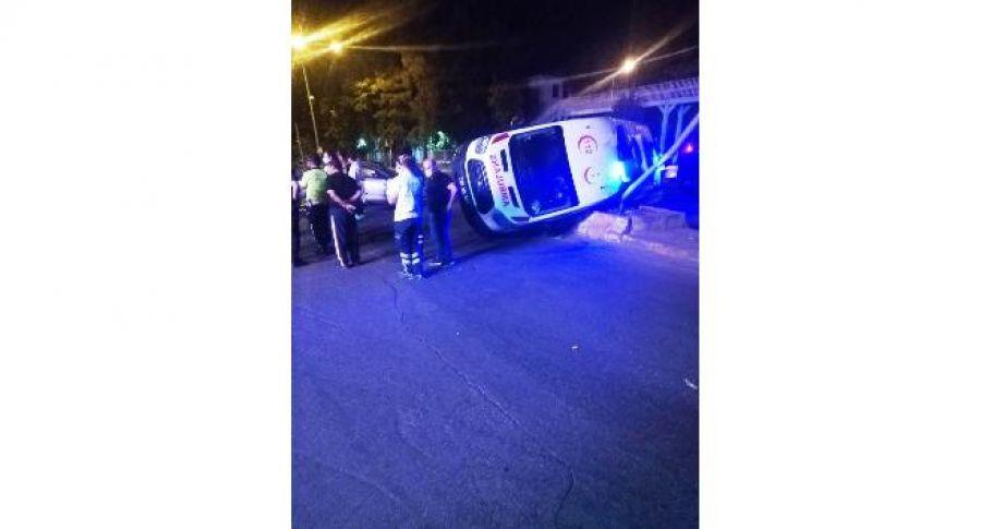 Ambulans ile otomobil çarpıştı