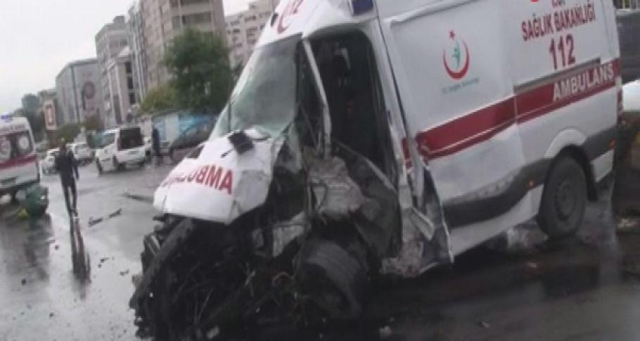 Ambulans tabelaya çarptı,3 yaralı