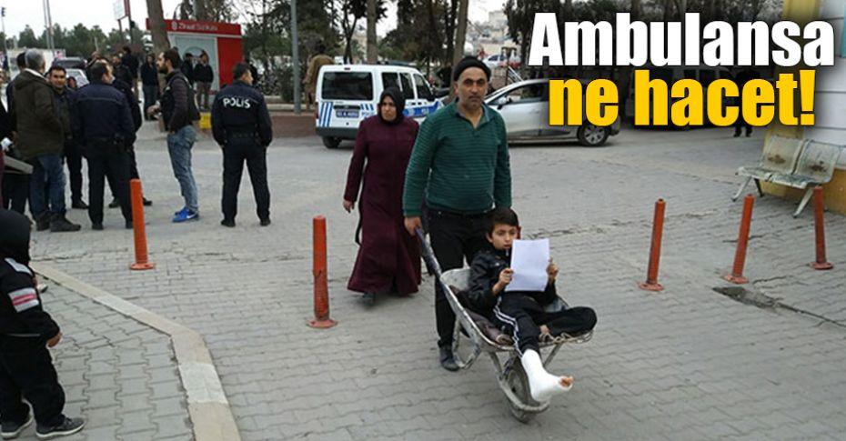 Urfa'da ayağı kırılan oğlunu el arabasıyla hastaneye götürdü