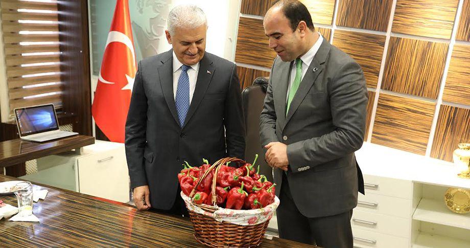 Başkan Çiftçi, Başbakan'a Urfa İsot'u hediye etti