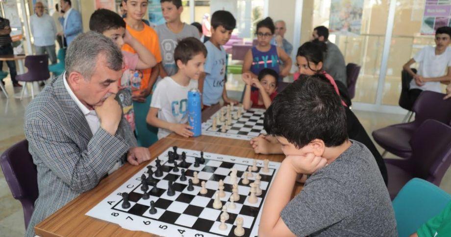 Başkanı Beyazgül, çocuklarla satranç oynadı(videolu haber)