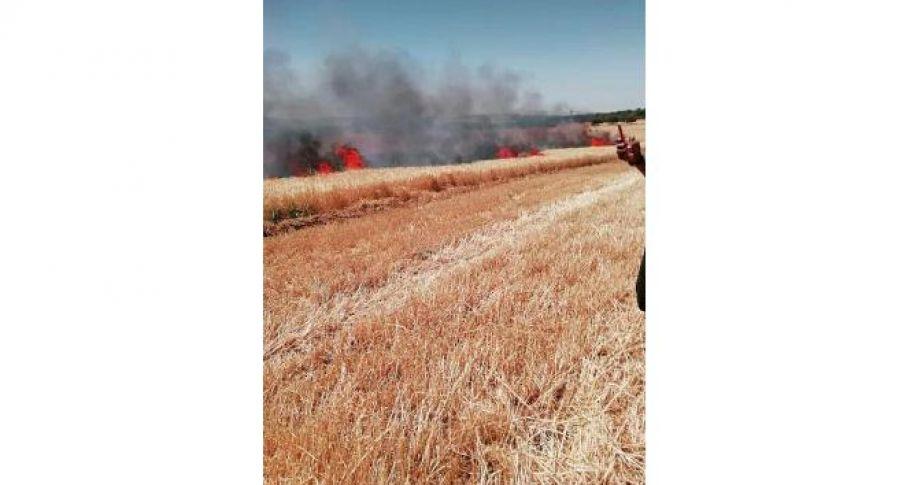 Biçerdöverden çıkan yangın ekinleri kül etti