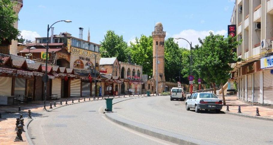 Binlerce kişinin alışveriş yaptığı Urfa sokakları boş kaldı