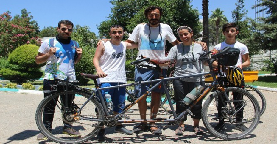 Bisiklet gezginleri engelli bireyler için pedal çeviriyor