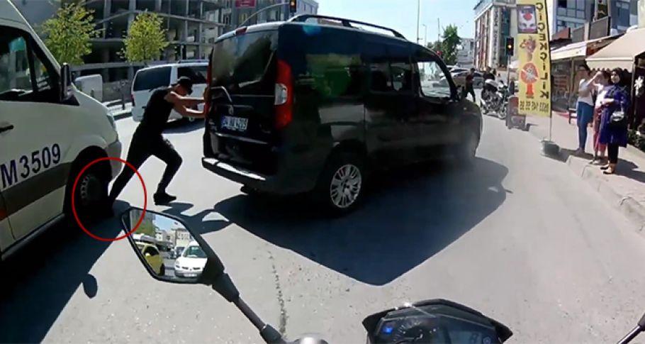 Bozulan aracını iten adamın ayağını, minibüsün ezdi
