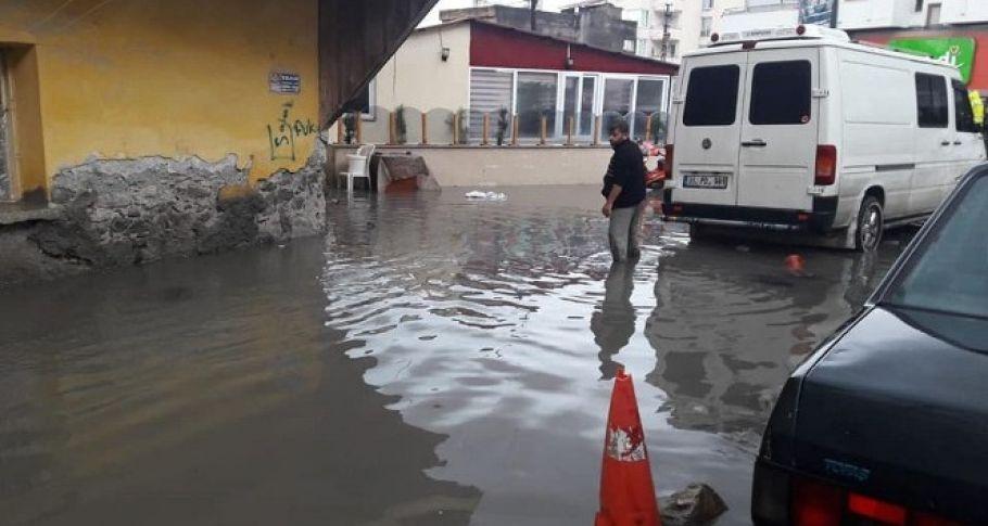 Cadde ve Bahçeler Su Altında Kaldı