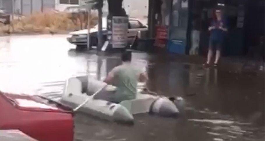 Çanakkale'ye yağmur yağdı, vatandaş dışarı deniz botuyla çıktı