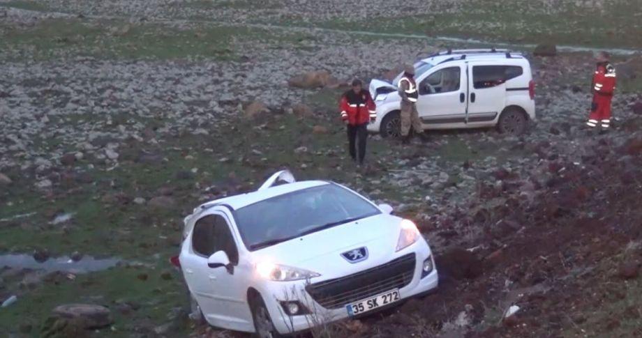 Çarpışan 2 otomobil şarampole uçtu: 2 yaralı