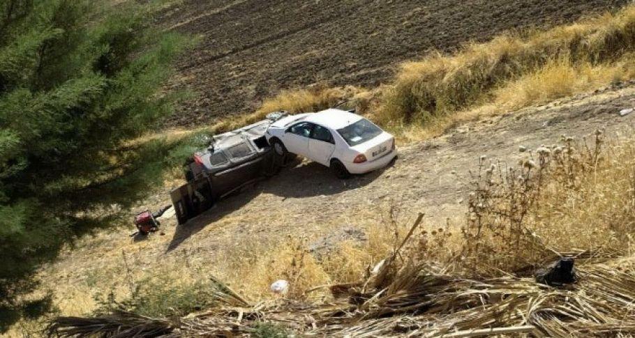 Çarpışan iki otomobil şarampole yuvarlandı