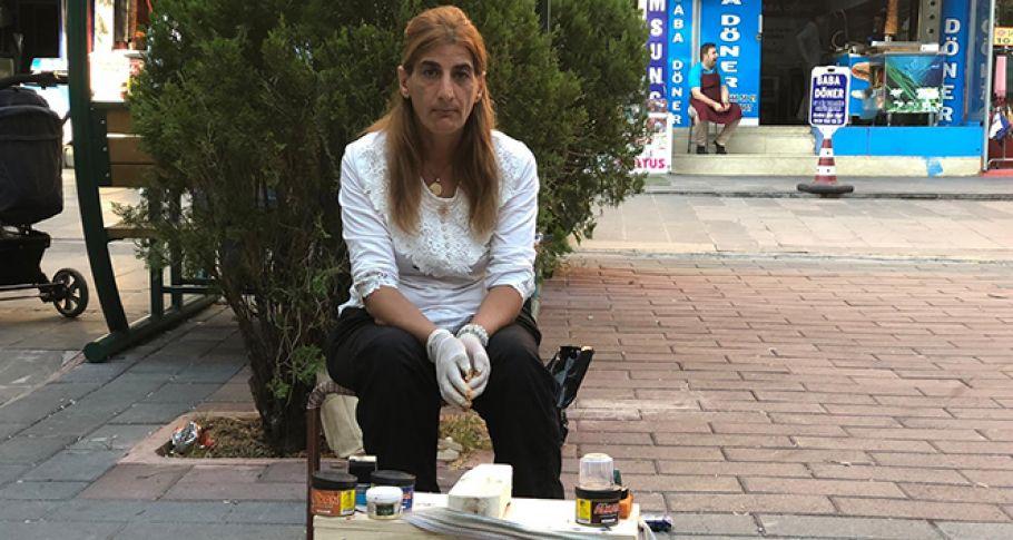 Çektiği acılara dayanamayıp evden kaçtı, ayakkabı boyayarak yaşama tutunuyor