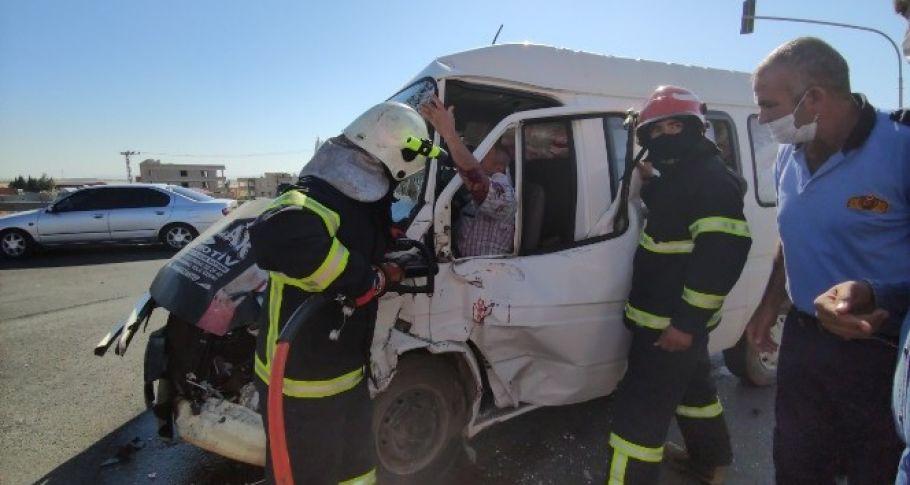 Çeyiz eşyası taşıyan araç tarım işçilerini taşıyan midibüs ile çarpıştı: 2'si ağır 11 yaralı