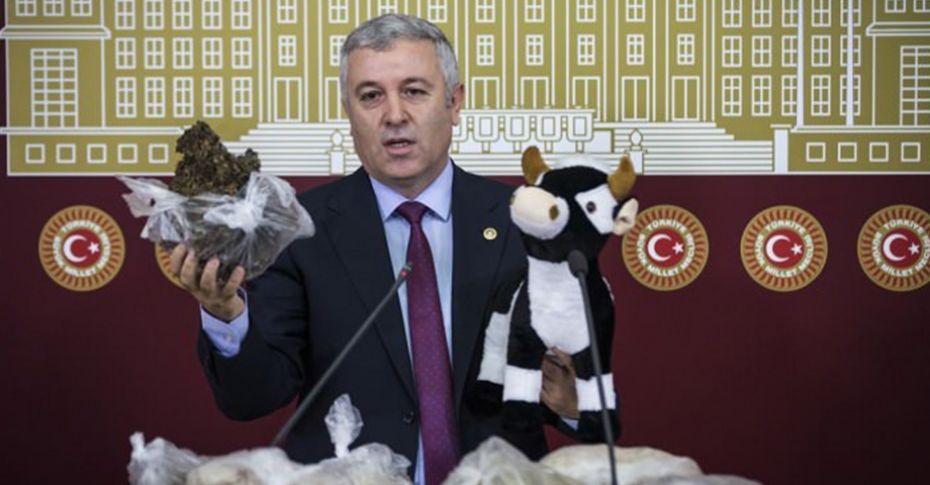 CHP'li Çetin Arık, Bakan Fakıbaba'ya tezek gönderdi