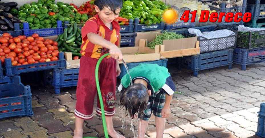 Çocuklar hortumla birbirlerini ıslatarak serinletti