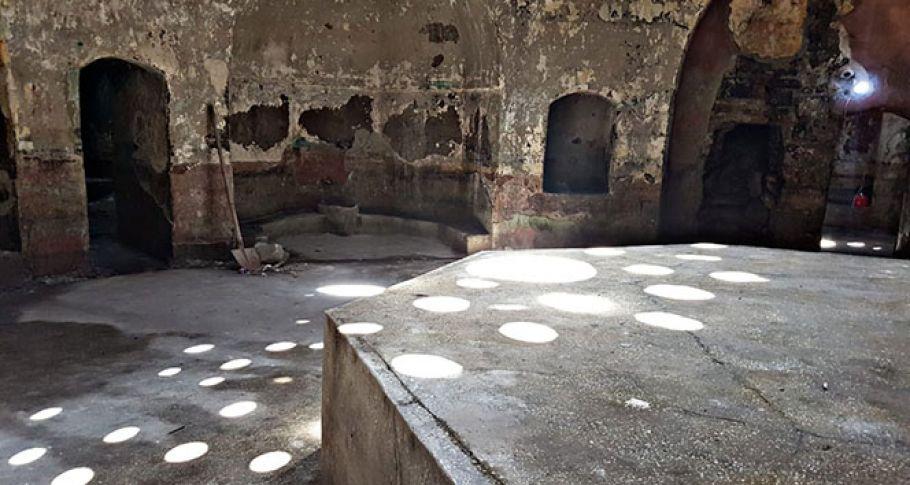 Definecilerin talanına uğrayan 500 yıllık hamam bakımsızlıktan dökülüyor