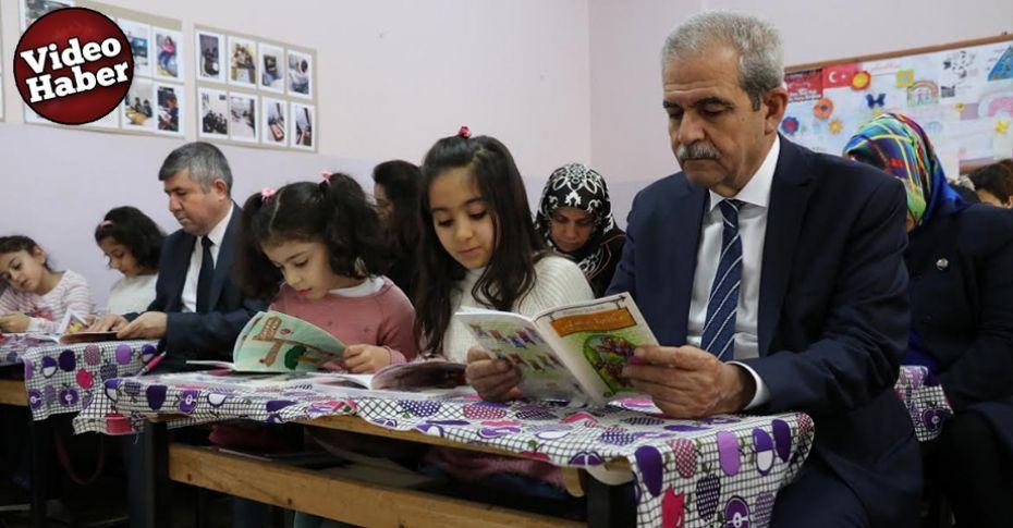 Demirkol ilkokul öğrencileriyle birlikte kitap okudu