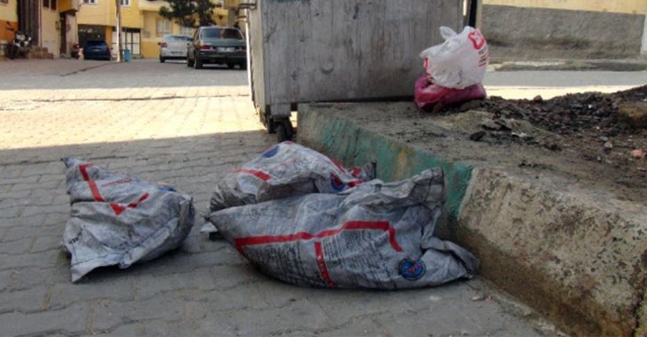 Devletin verdiği onlarca torba kömürü çöpe attılar
