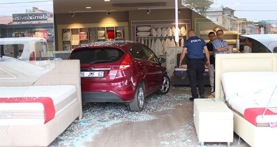 Direksiyon hakimiyetini kaybeden sürücü dükkana daldı