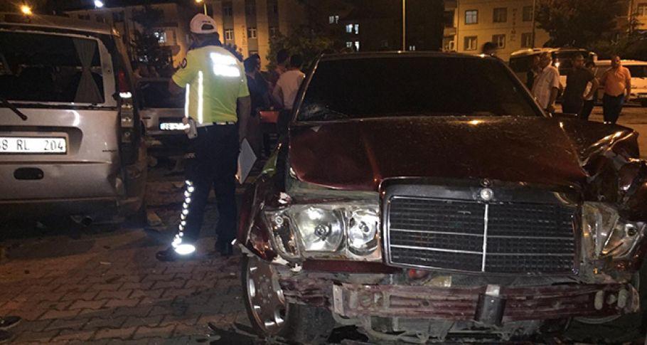 Direksiyon hakimiyetini kaybetti iki otomobile çarptı:3 yaralı