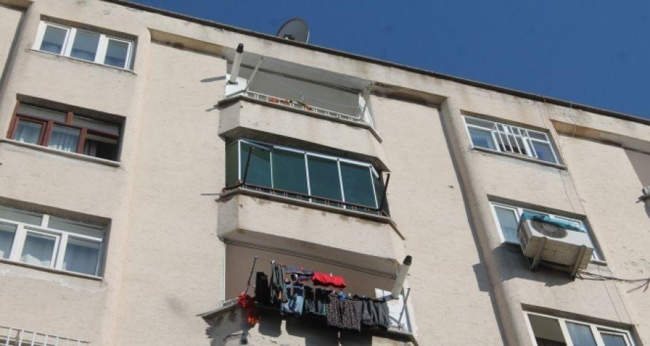 Diyarbakır'da balkon camı tost yiyen gencin kafasına düştü