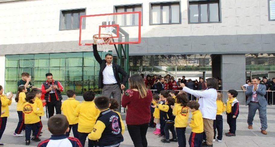 Dünyanın en uzun adamı Şanlıurfa'da öğrencilerle buluştu