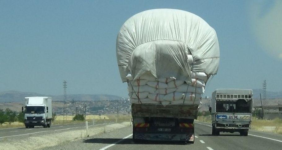 Ekinler biçildi, saman yüklü kamyonların tehlikeli yolculuğu başladı