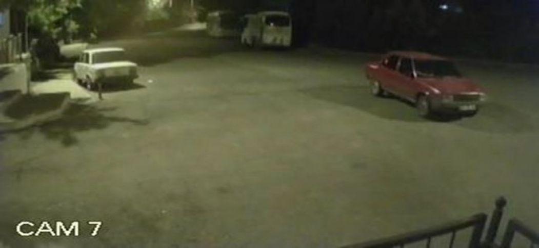 El frenini çekmediği otomobil iki otobüse çarpmaktan son anda kurtuldu