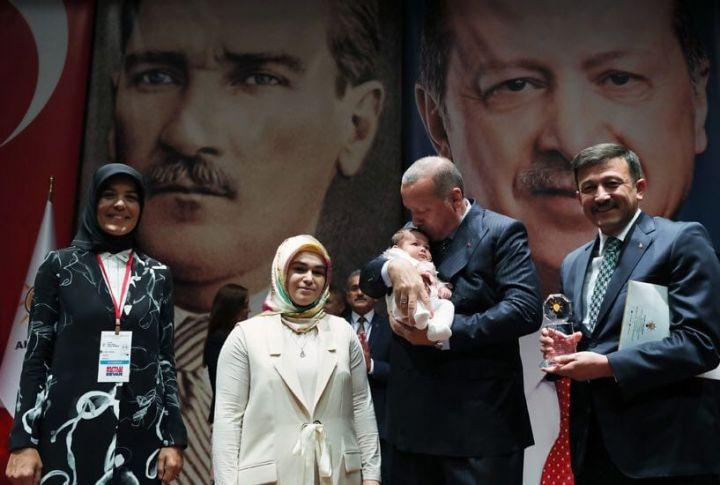 Erdoğan'dan 40 Günlük Bebeğiyle Ödül Almaya Geldi