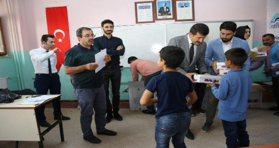 Eyyübiye'de öğrencilere ayakkabı dağıtıldı