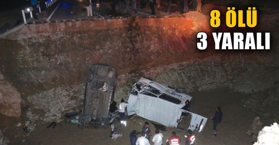 Feci kaza! otomobil ile minibüs menfeze düştü...
