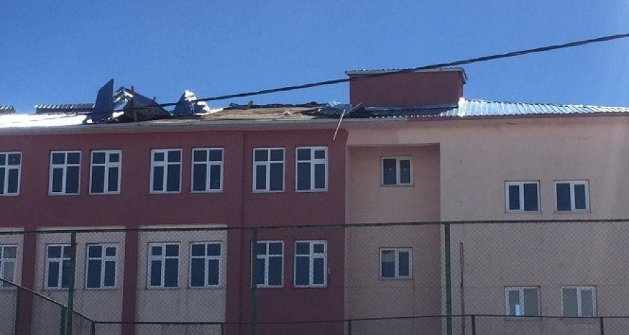 Fırtına bir okul ile çok sayıda çatıyı uçurdu
