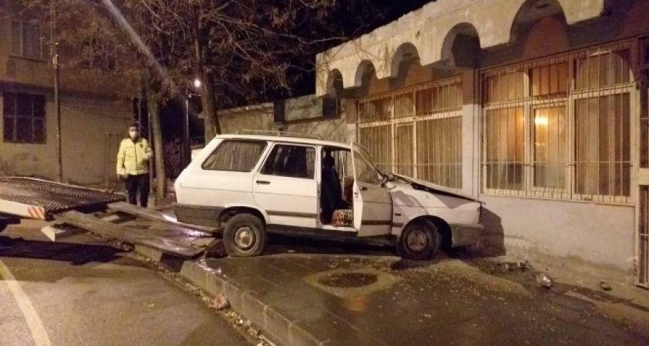 Freni boşalan araç duvara çarptı: 3 yaralı