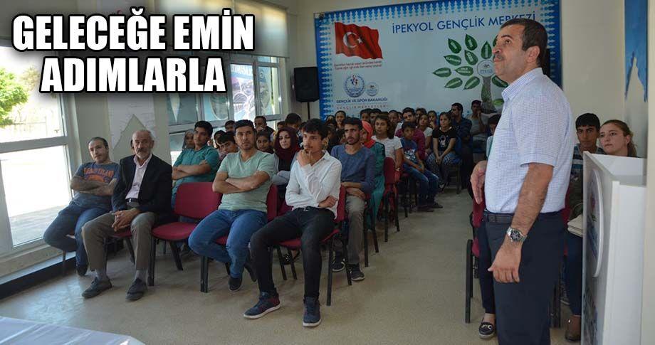 Gençlik Merkezi'nde 'Kariyer' semineri verildi