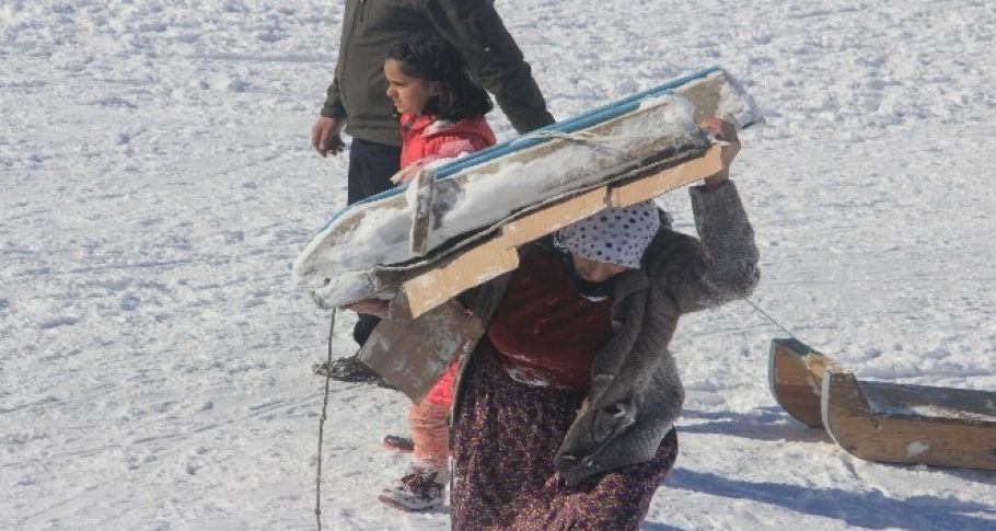 Hakkari'li Kadınların Karda Kızak Keyfi