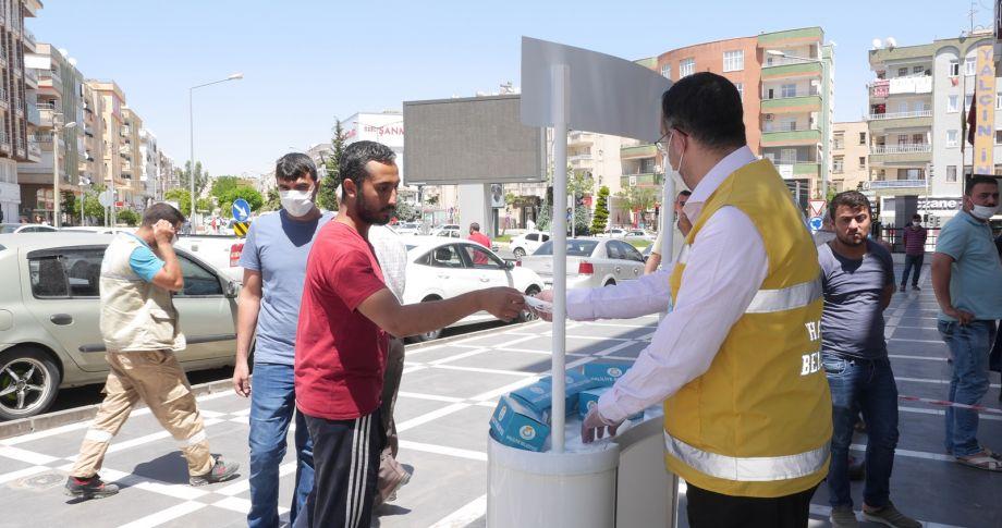 Haliliye'de Vatandaşlara Ücretsiz Maske Dağıtımı Sürüyor (videolu)