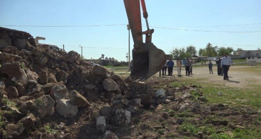 Harran'da kümbet evlerinin çevresindeki beton yapılar yıkıldı