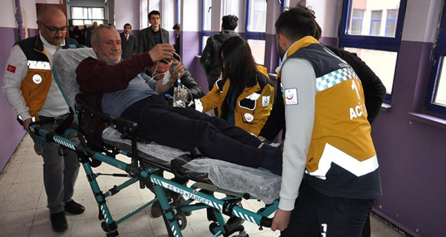 Hasta yatağından kalktı, ambulansla oy kullanmaya gitti