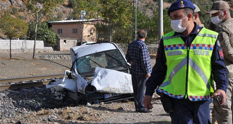Hemzemin geçitinde feci kaza: 2 ölü 1 yaralı