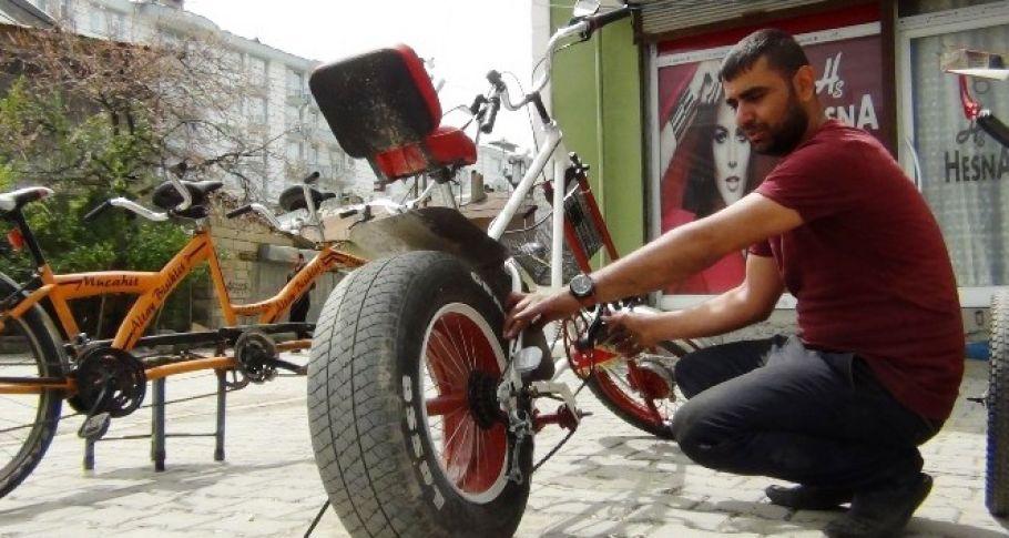 Hurda malzemelerden bisiklet yaptı, otomobil tekerleği taktı