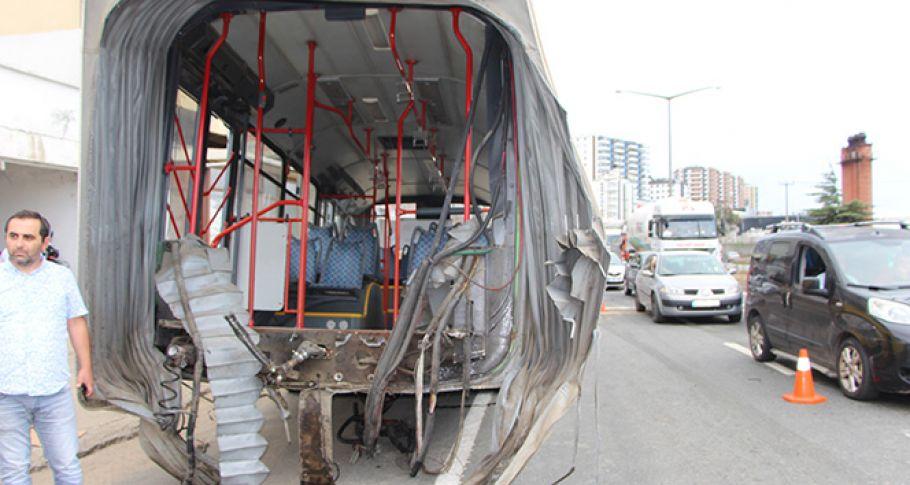 İçi yolcu dolu otobüs ikiye ayrıldı